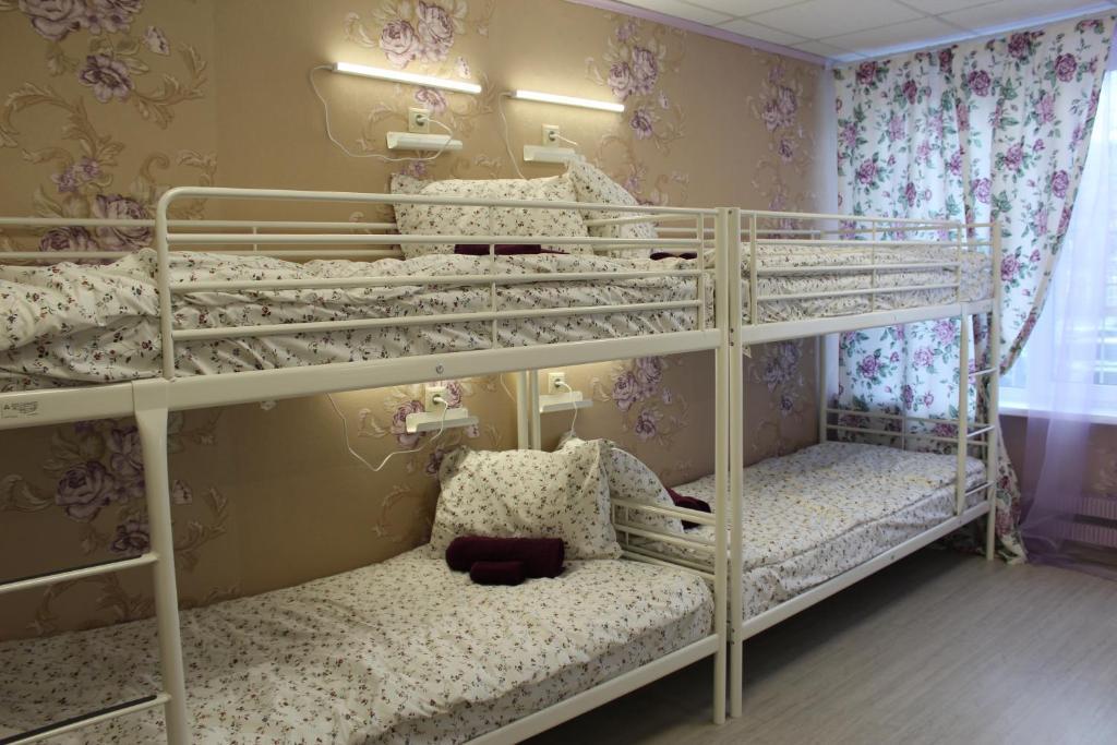 Двухъярусная кровать или двухъярусные кровати в номере Hostel Nika-City