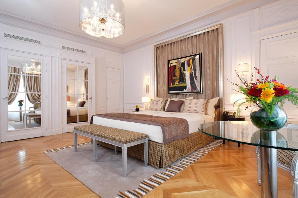 A bed or beds in a room at Majestic Hotel Spa - Champs Elysées