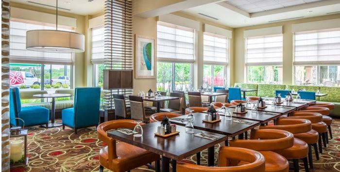 A restaurant or other place to eat at Hilton Garden Inn Bettendorf/ Quad Cities