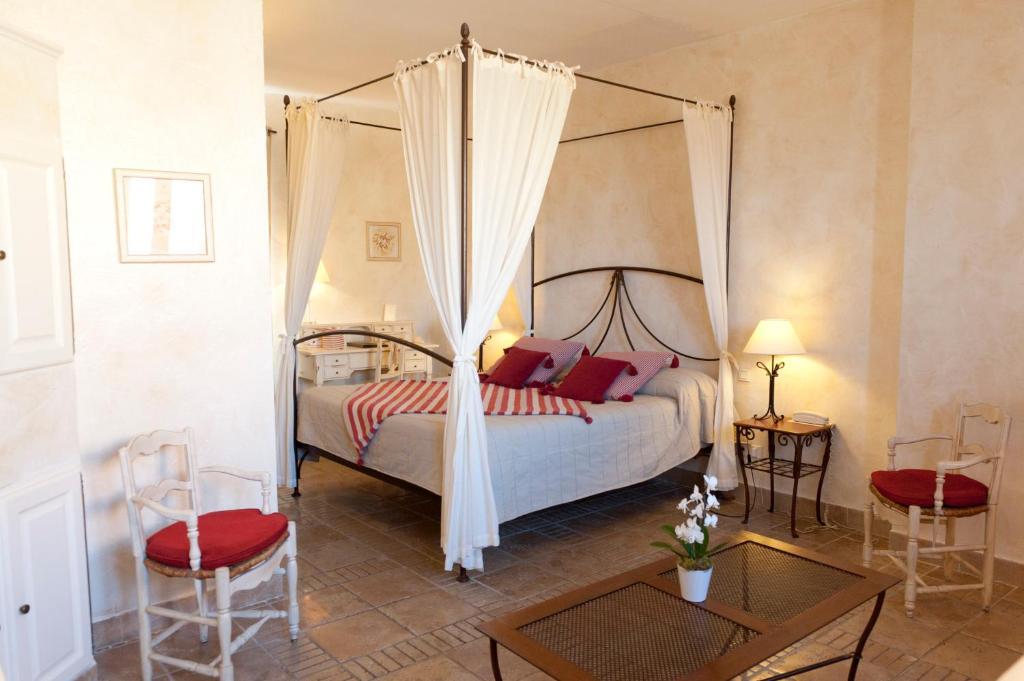 A bed or beds in a room at Le Clos de la Glycine