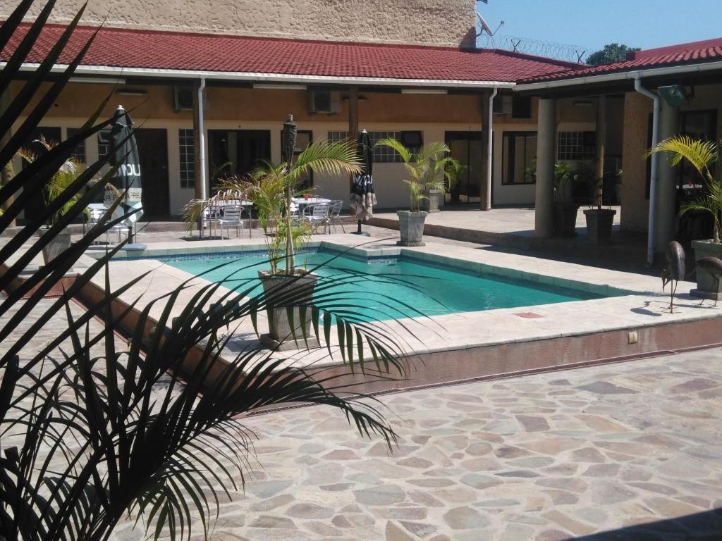 Бассейн в Palmeiras Guest House Matola или поблизости