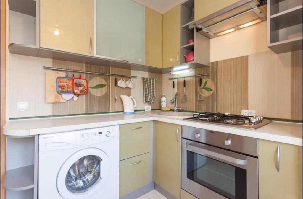 Кухня или мини-кухня в Apartment Universitetskaya 7