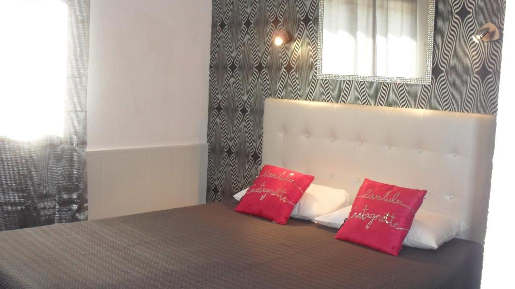 A bed or beds in a room at Hotel Le Langue d'Oc