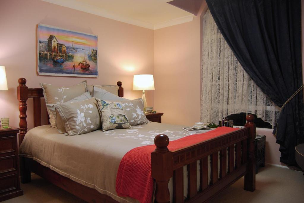 A bed or beds in a room at Cutmore Cottages - L'Auberge Angara