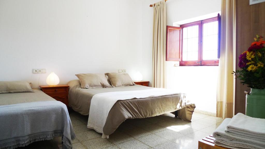 A bed or beds in a room at Ca'n Riera de Sa Rota