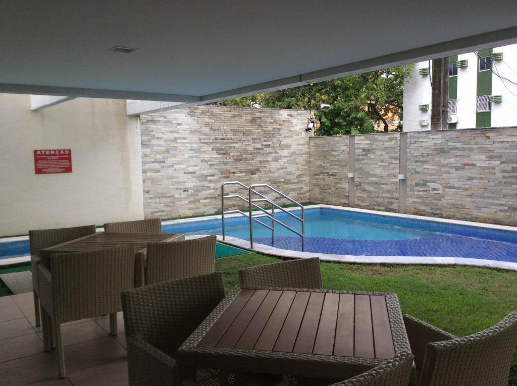 A piscina localizada em Ideal Prince Boa Viagem ou nos arredores