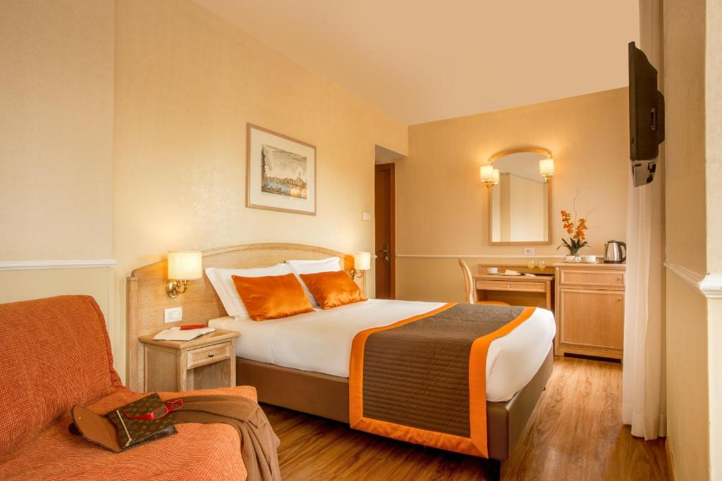 A bed or beds in a room at Hotel Santa Costanza