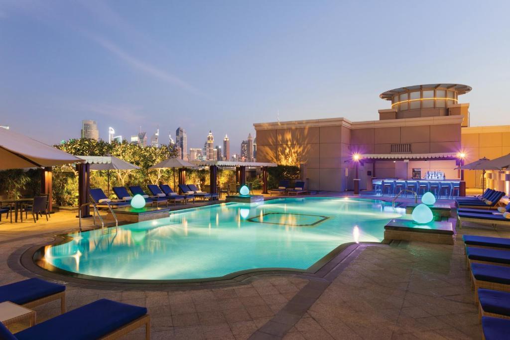 Bazén v ubytování Ramada by Wyndham Jumeirah Hotel nebo v jeho okolí