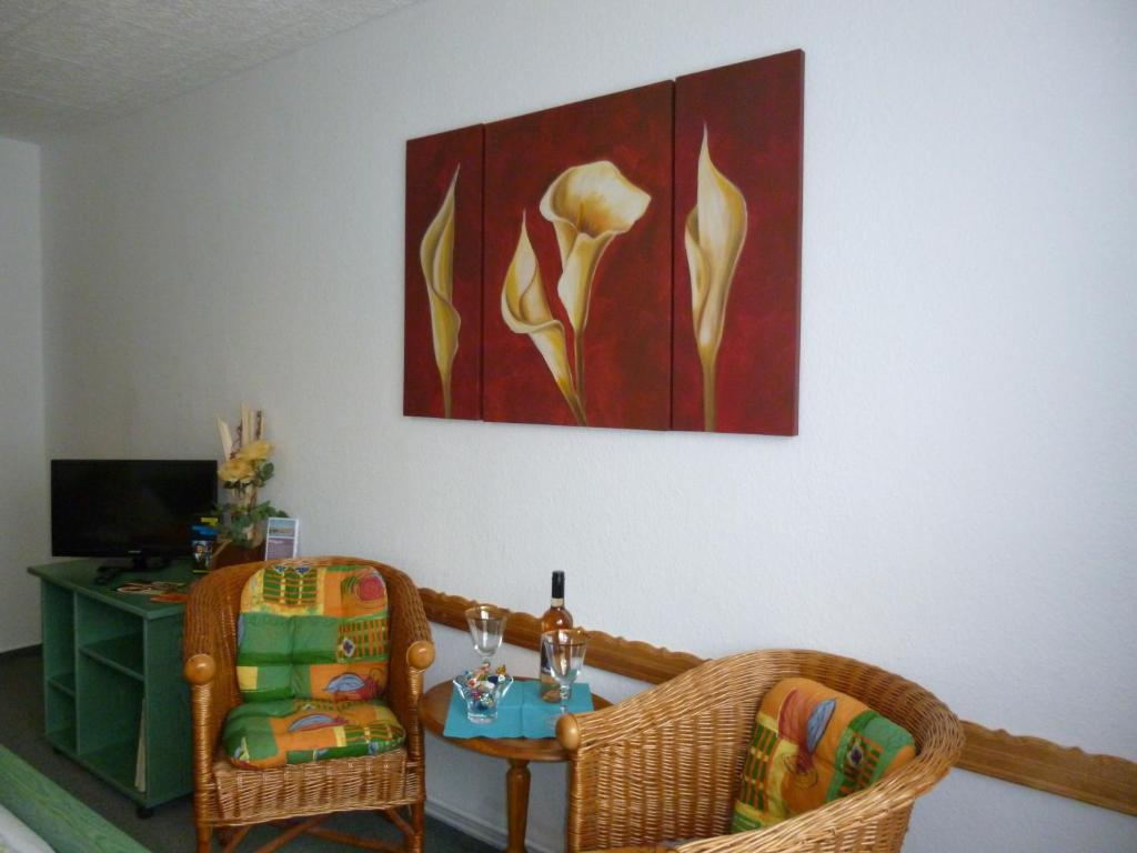 A seating area at Pension am Peeneufer UG