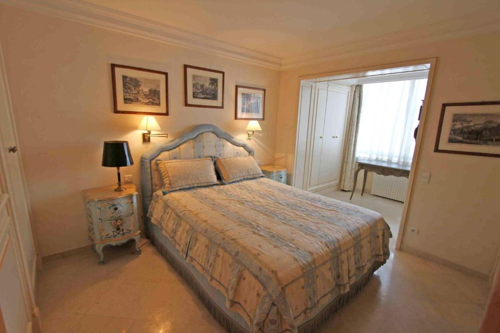 A bed or beds in a room at Croisette Vue Mer