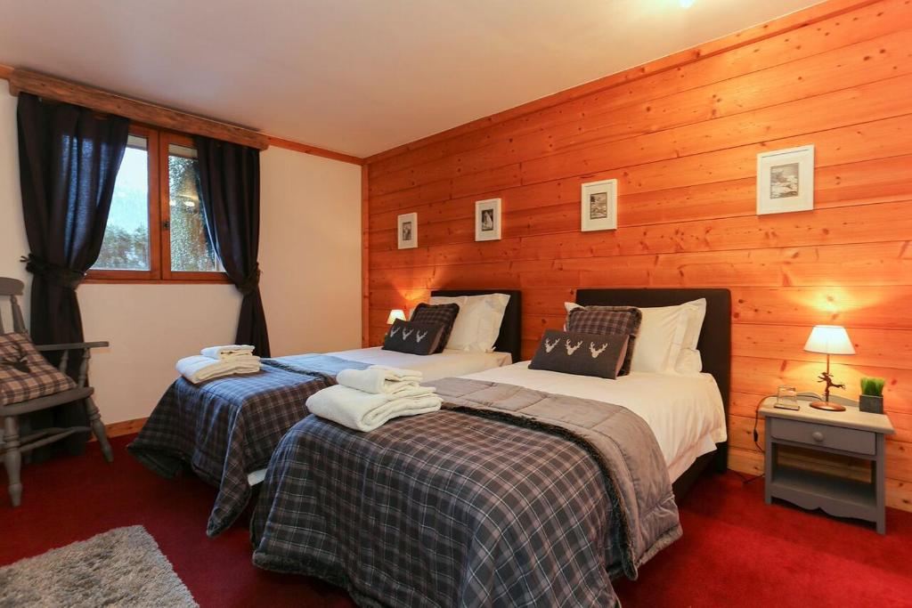 A bed or beds in a room at Chalet Les Jumelles