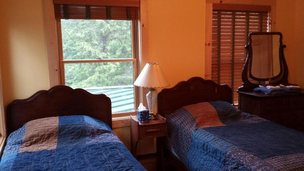 A bed or beds in a room at Echo Lake Lodge & Cottages