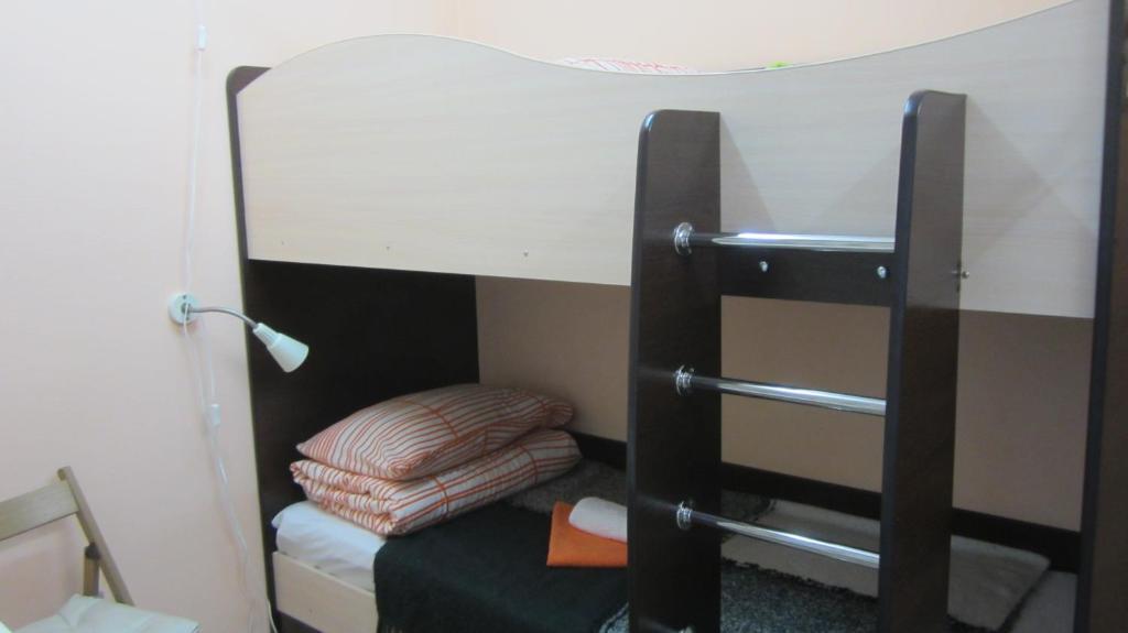 Двухъярусная кровать или двухъярусные кровати в номере Мини отель Звездный