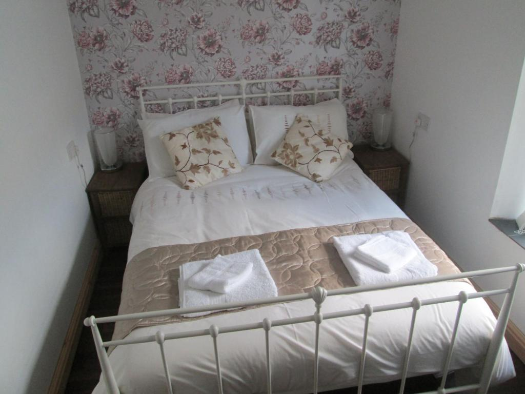 A bed or beds in a room at The Hub at Abercrave