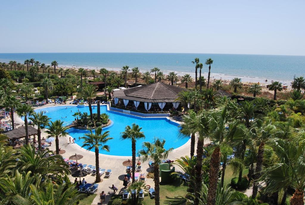 A view of the pool at Estival Islantilla or nearby
