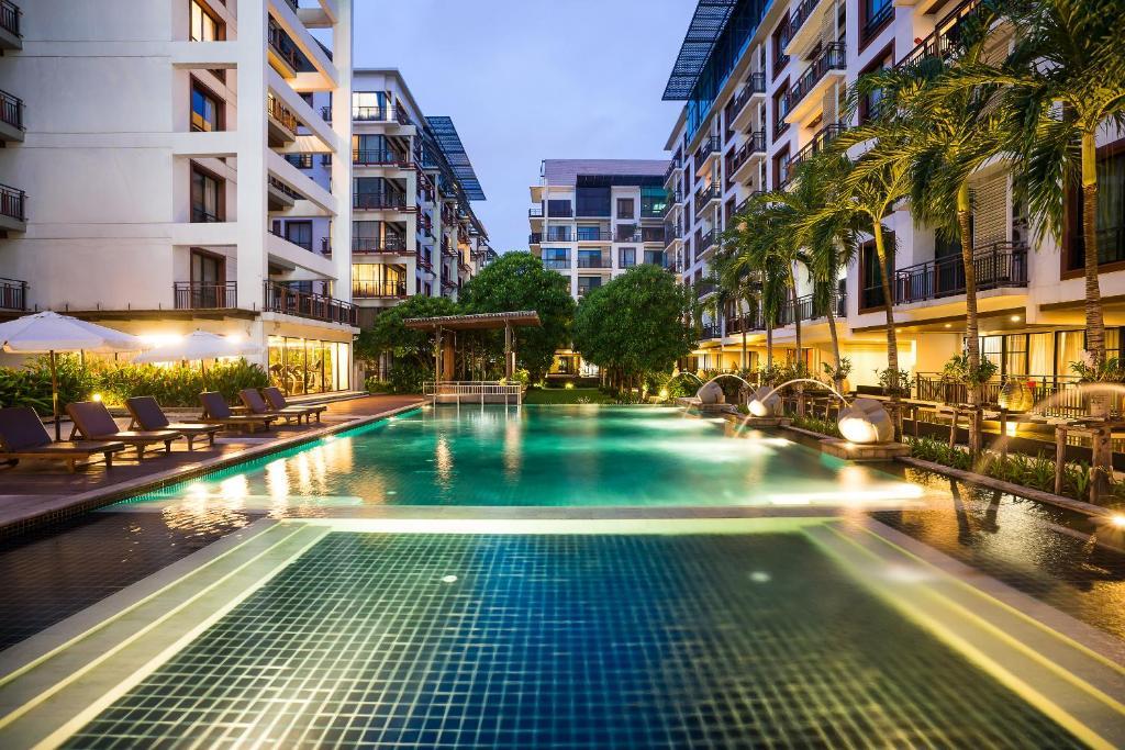 The swimming pool at or close to Amanta Hotel & Residence Ratchada