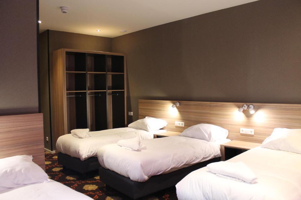 Cama ou camas em um quarto em Aston City Hotel