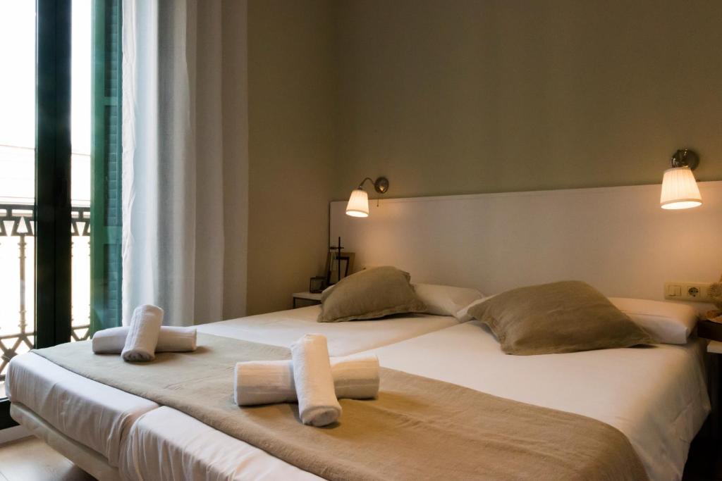 A bed or beds in a room at Palau de la Musica Apartments