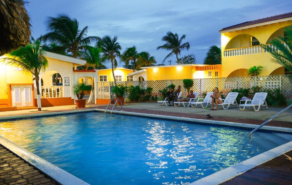 Het zwembad bij of vlak bij Coconut Inn