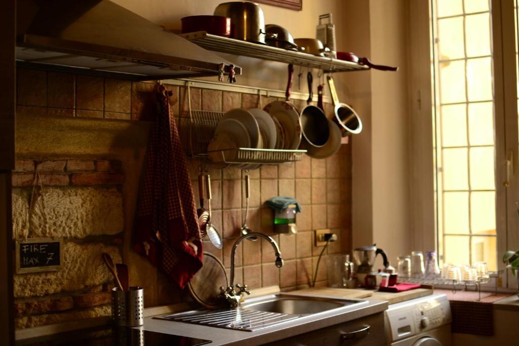 A kitchen or kitchenette at Ai Leoni