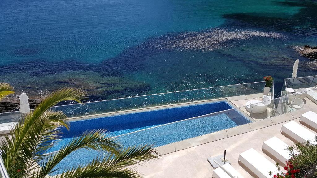 The swimming pool at or close to Hotel La Calanque