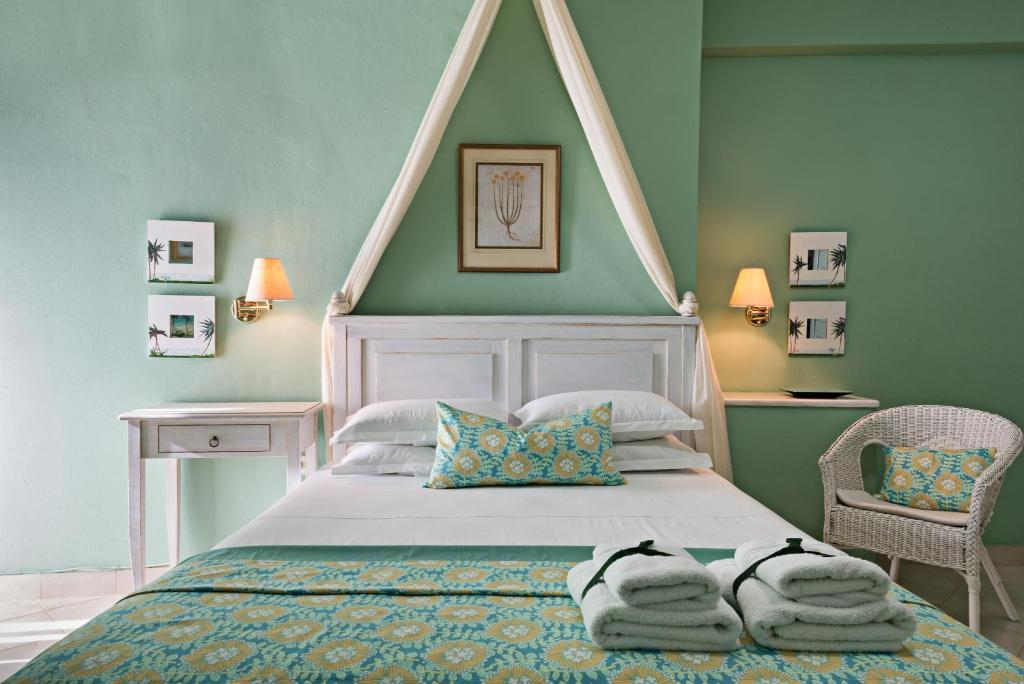 A bed or beds in a room at Palmina Mare Villa and Studios