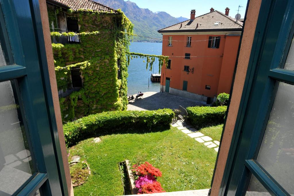 A view of the garden at Il Sogno Deluxe Bellagio or nearby