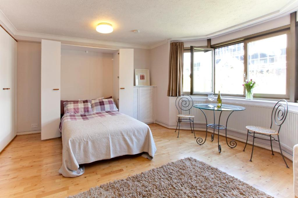 A bed or beds in a room at Tower Bridge Apartment