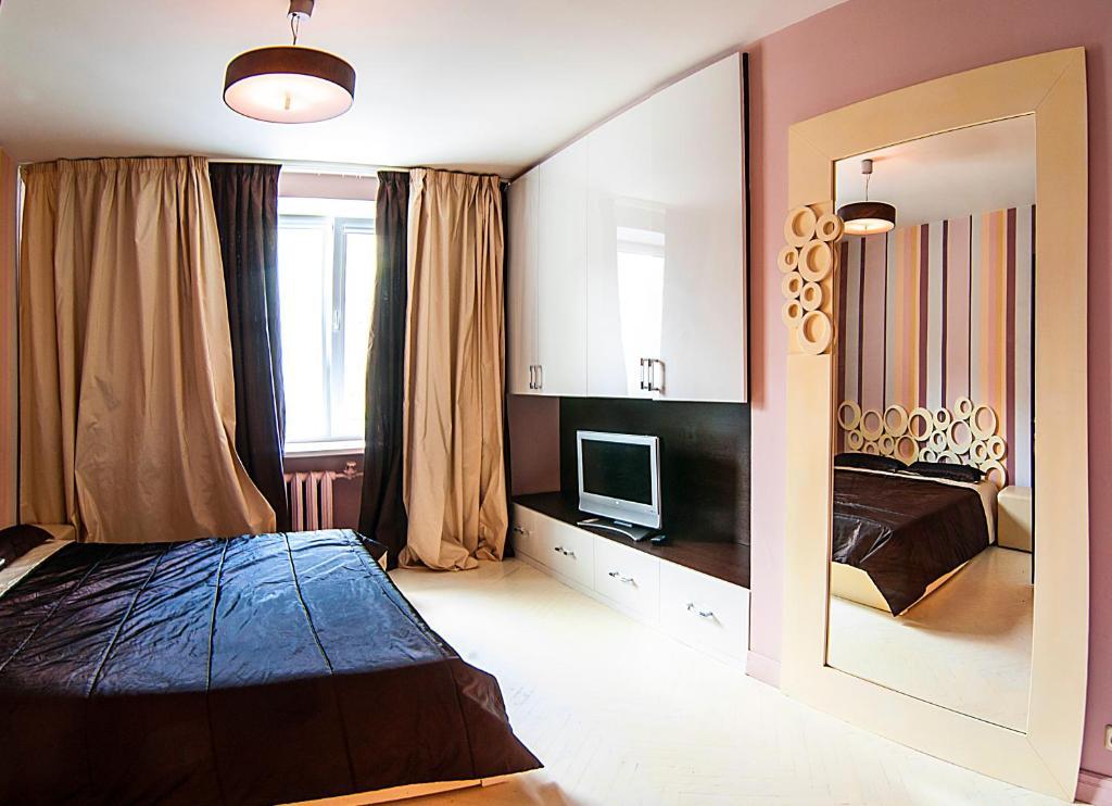 Кровать или кровати в номере Domumetro na Chasovoy