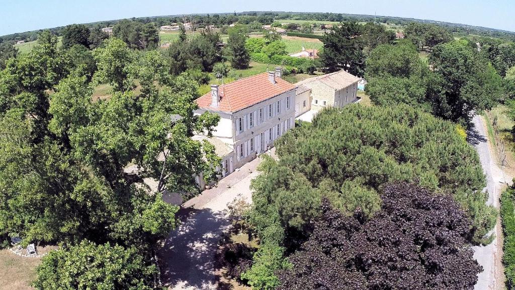 A bird's-eye view of Le Manoir Lacustre