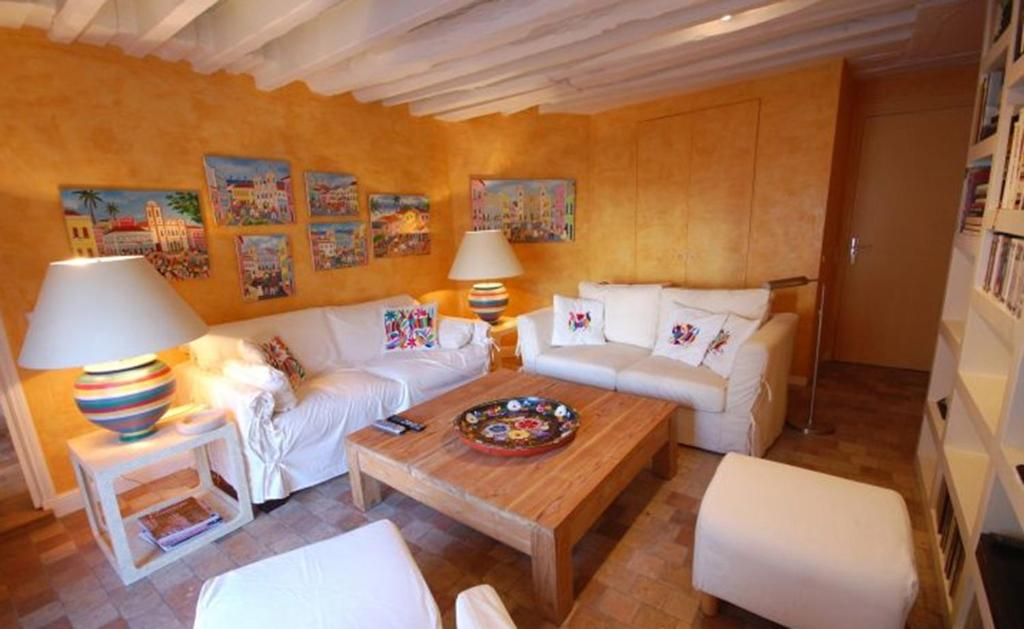 A seating area at 2 Bedroom Apartment-Luxembourg Garden