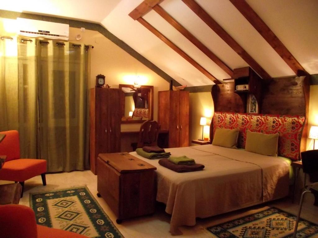 A bed or beds in a room at Zimmer Shai Tibetan Style