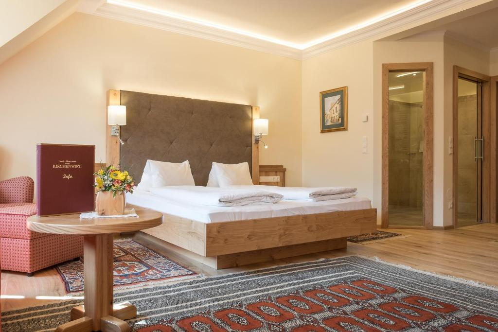 A bed or beds in a room at Hotel-Restaurant Kirchenwirt