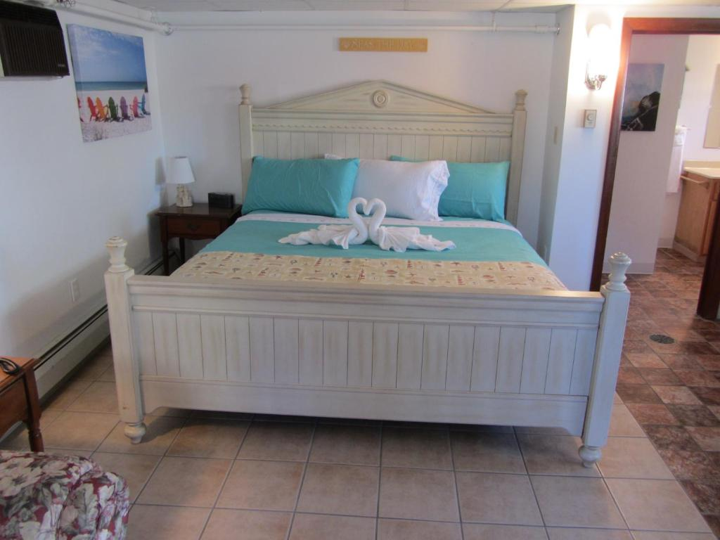 A bed or beds in a room at Green Dolphin Motel