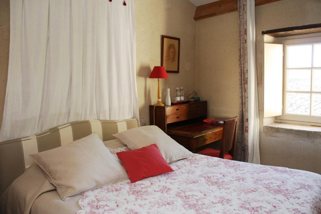 A bed or beds in a room at Chateau De Castelneau