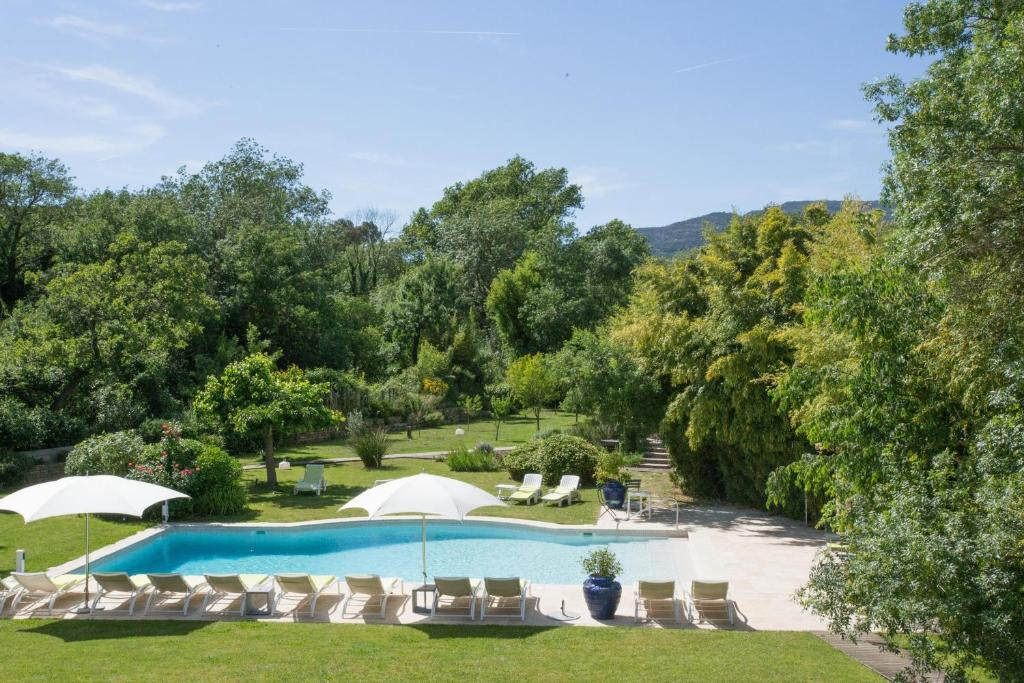 The swimming pool at or close to Hotel Le Verger Maelvi