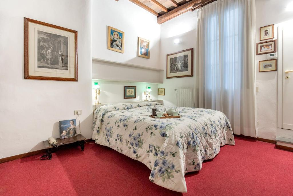 A bed or beds in a room at BBCHARME Ponte Vecchio
