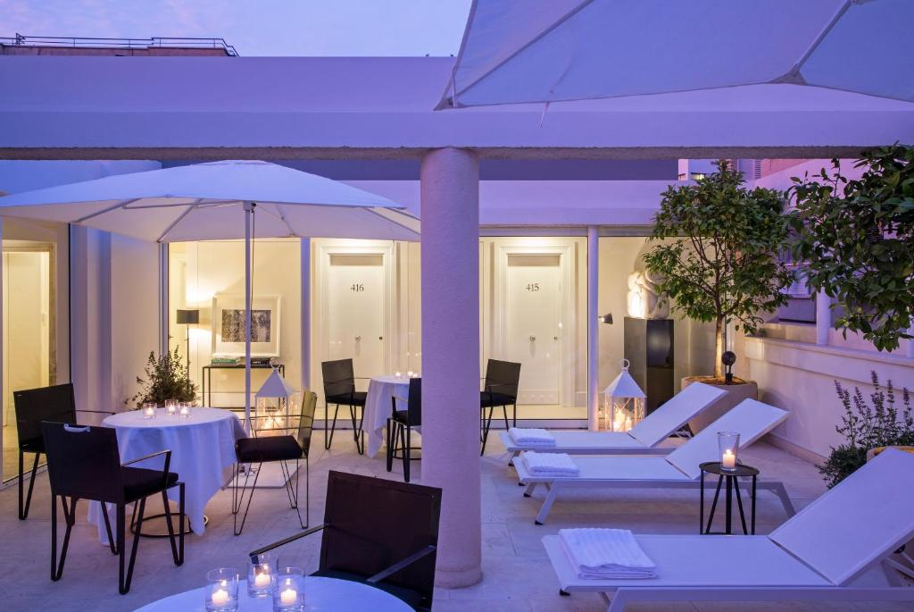 A restaurant or other place to eat at White Villa Tel Aviv Hotel