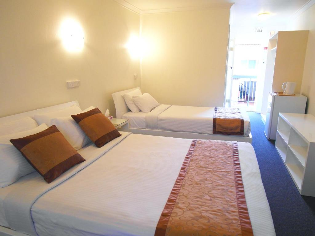 A bed or beds in a room at Toorak Lodge