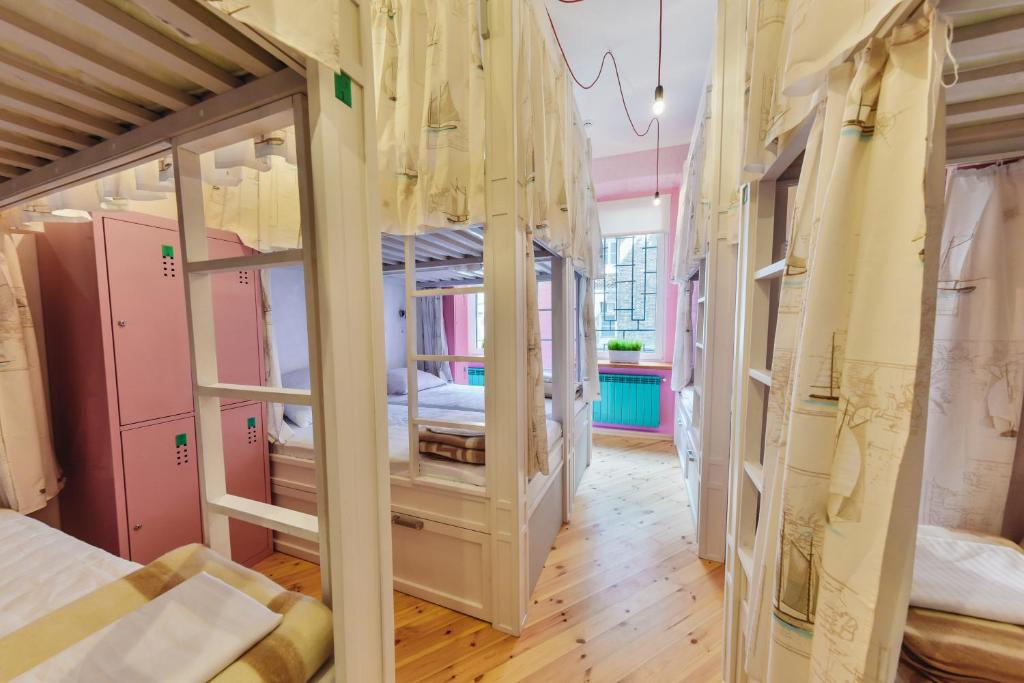 A bunk bed or bunk beds in a room at Hipstel