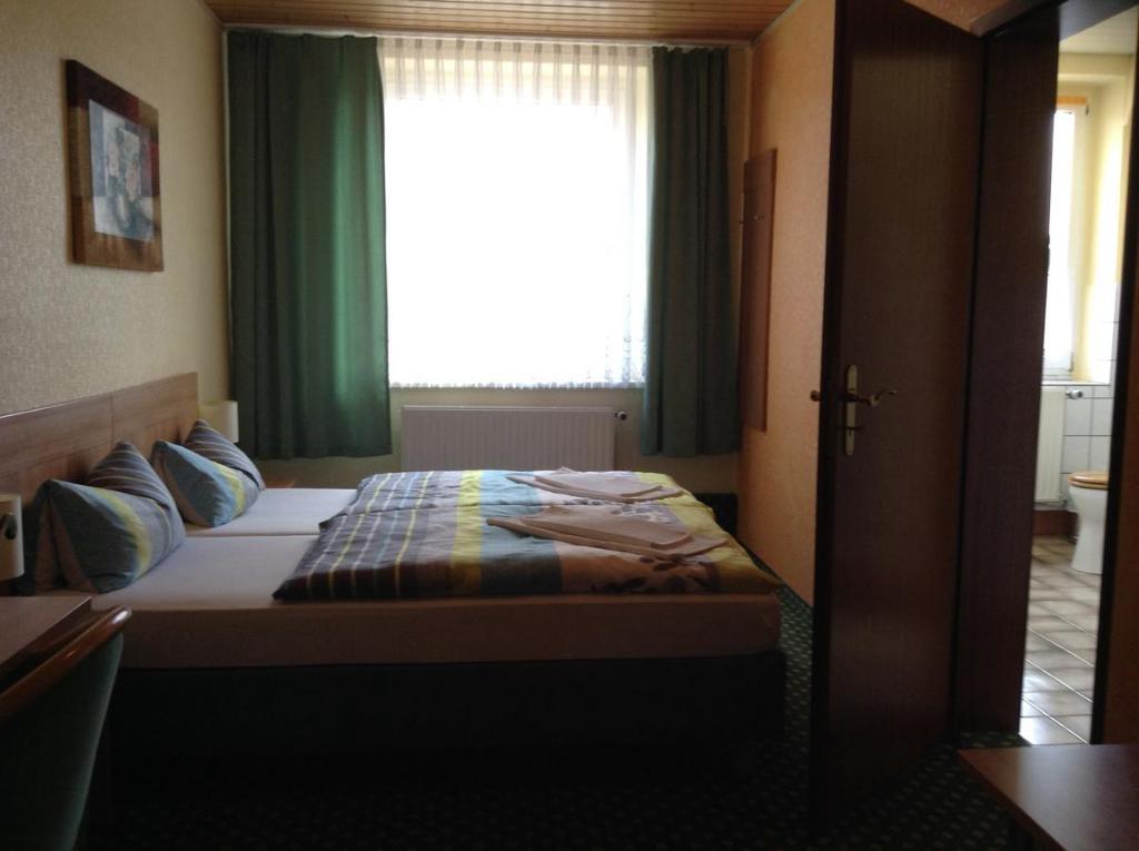 Ein Bett oder Betten in einem Zimmer der Unterkunft Landhotel Zum Rautenkranz