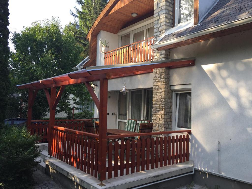 A balcony or terrace at Sirály Apartman