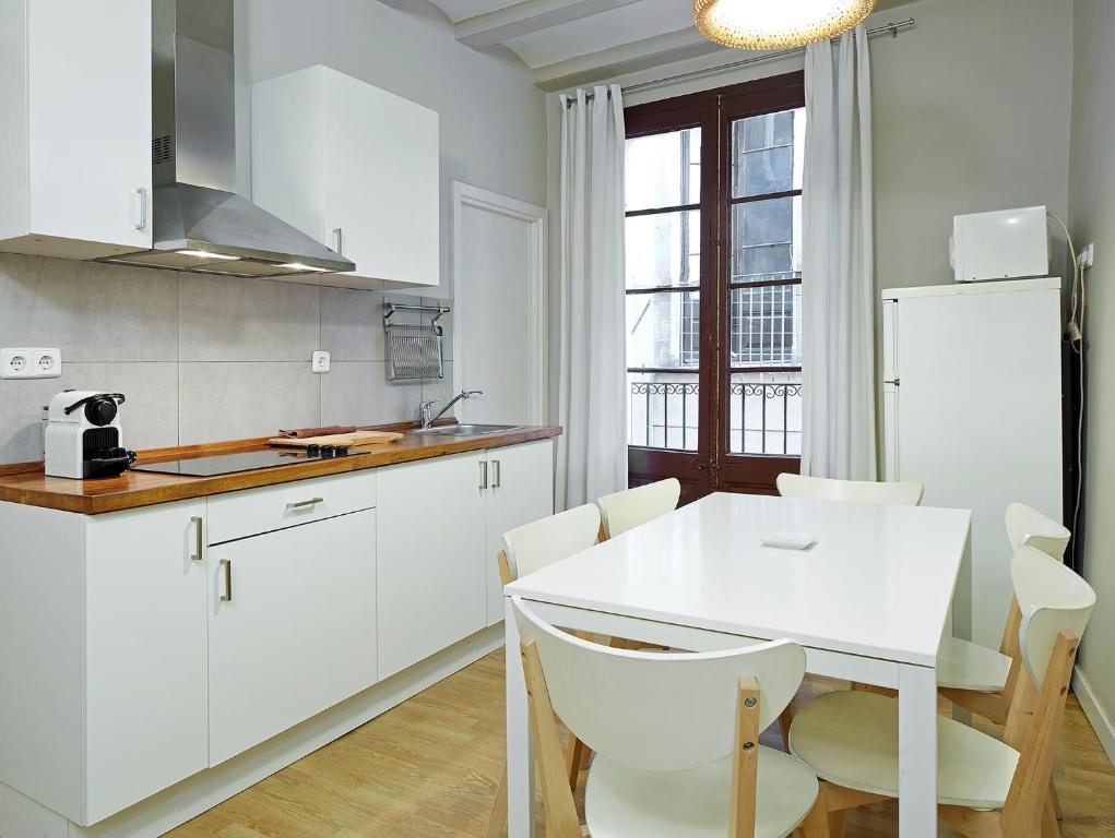 Cuisine ou kitchenette dans l'établissement Barcelona Mercaders Apartments