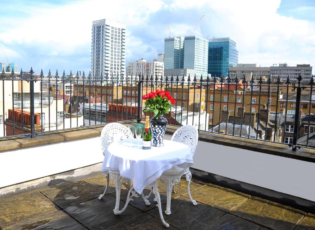 A balcony or terrace at Park Lane City Apartments