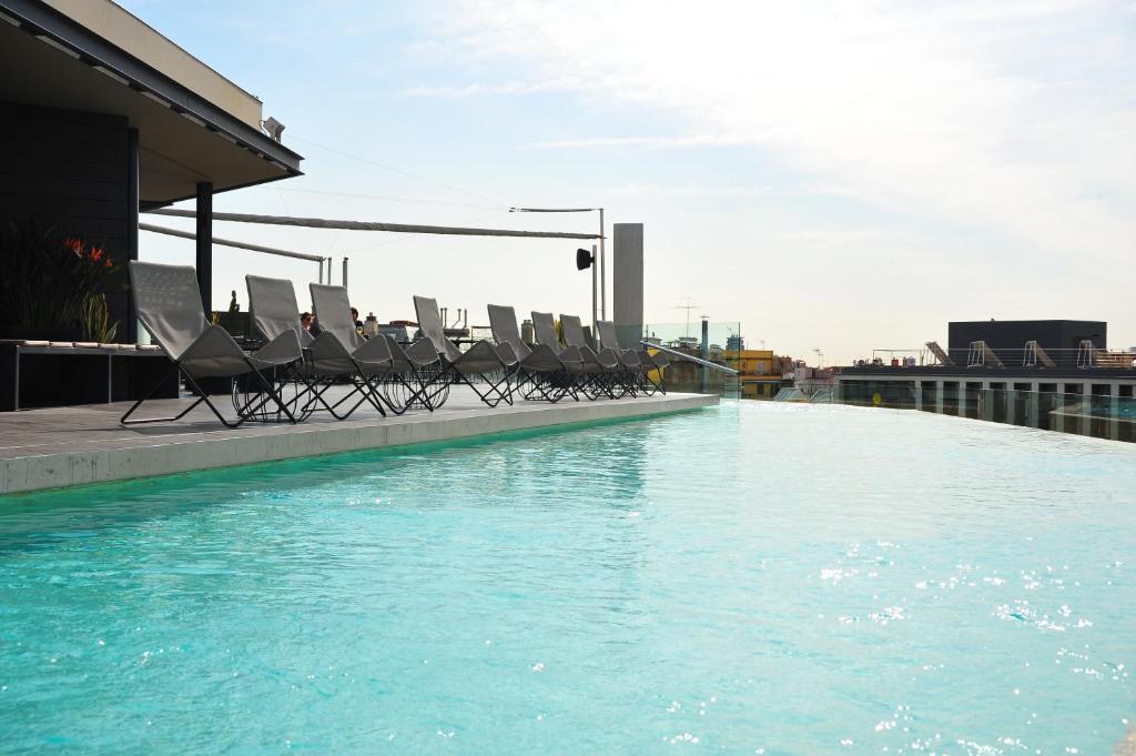 Der Swimmingpool an oder in der Nähe von B Hotel