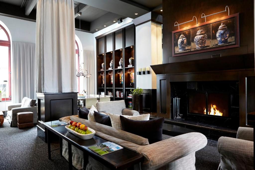 The lounge or bar area at Hôtel Le Germain Québec