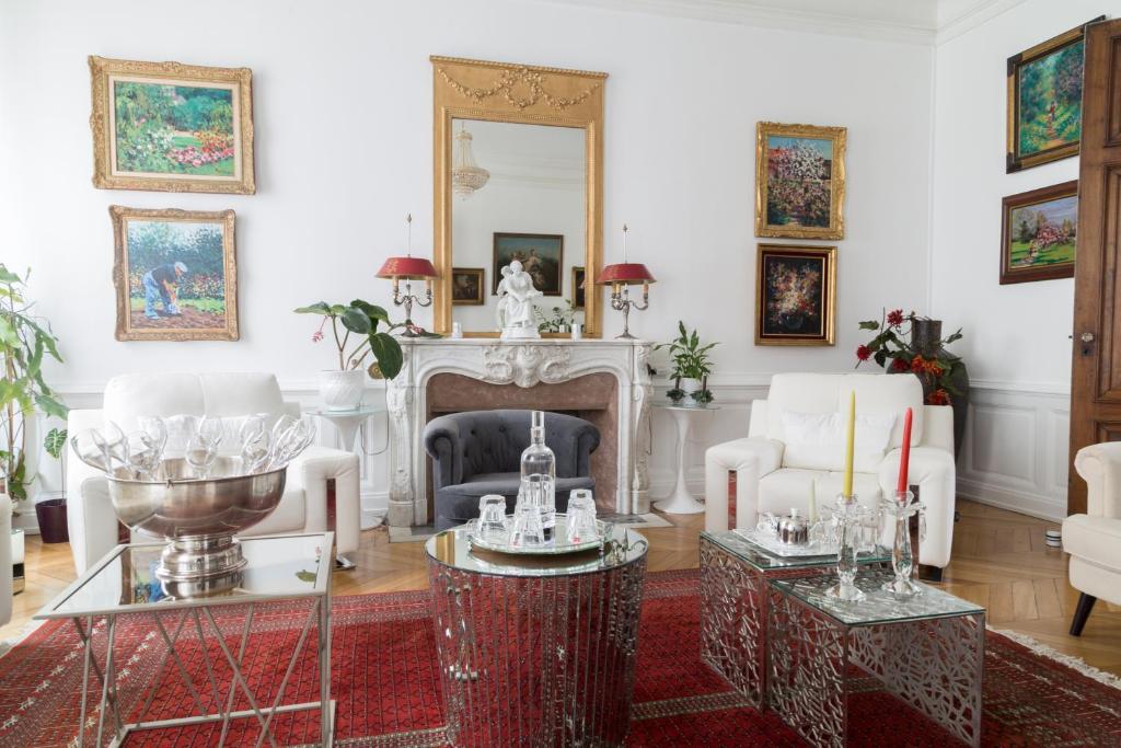 The lounge or bar area at B&B La Villa De La Paix