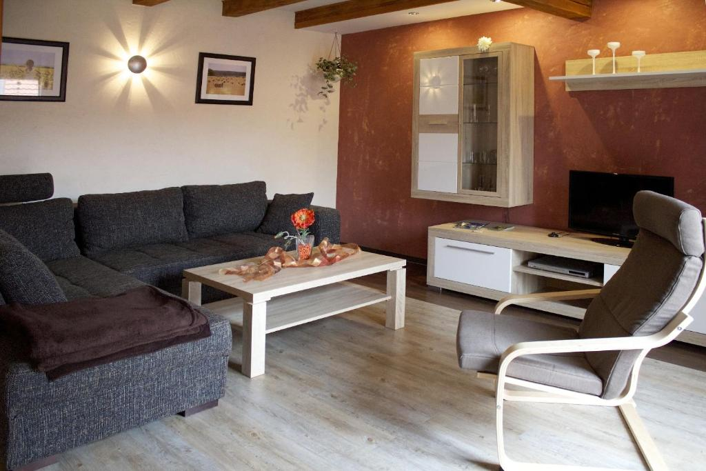 Ein Sitzbereich in der Unterkunft Ferienwohnung zur Erlebnisschmiede