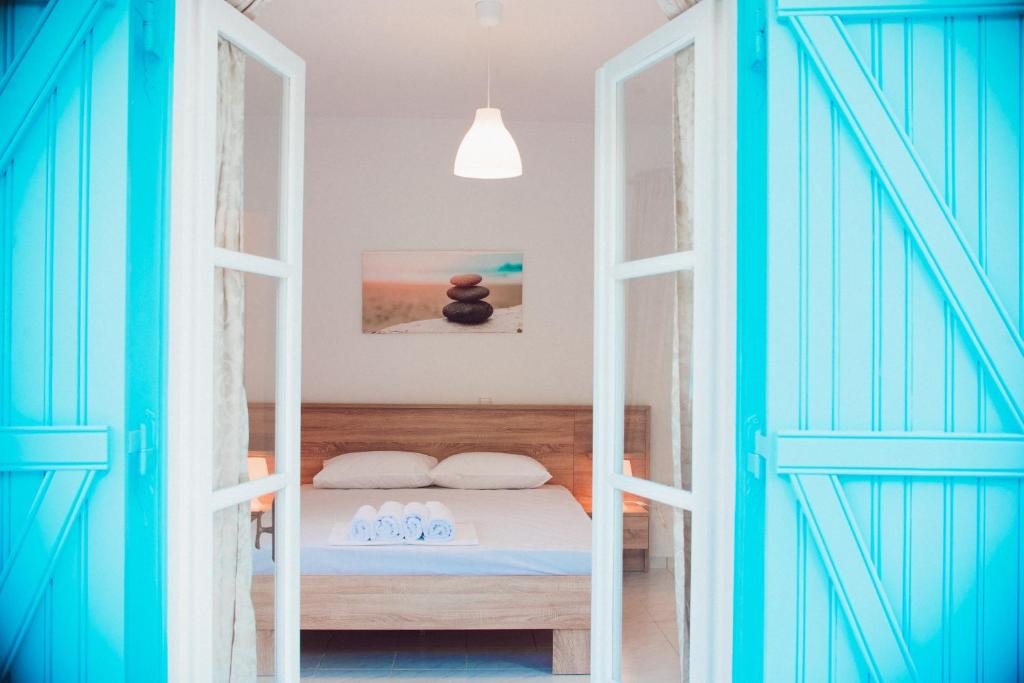 Ένα ή περισσότερα κρεβάτια σε δωμάτιο στο Nerina Studios Agios Nikitas