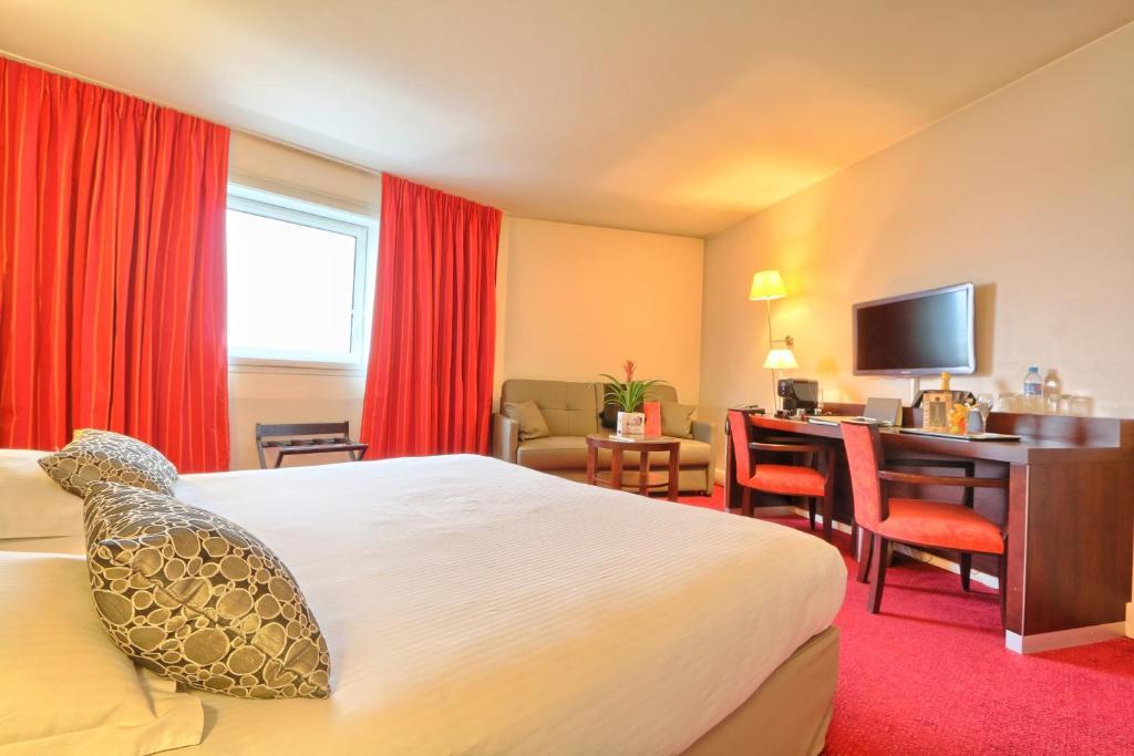 A room at Golden Tulip Paris CDG Airport – Villepinte